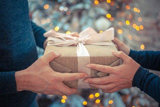 подарить подарок