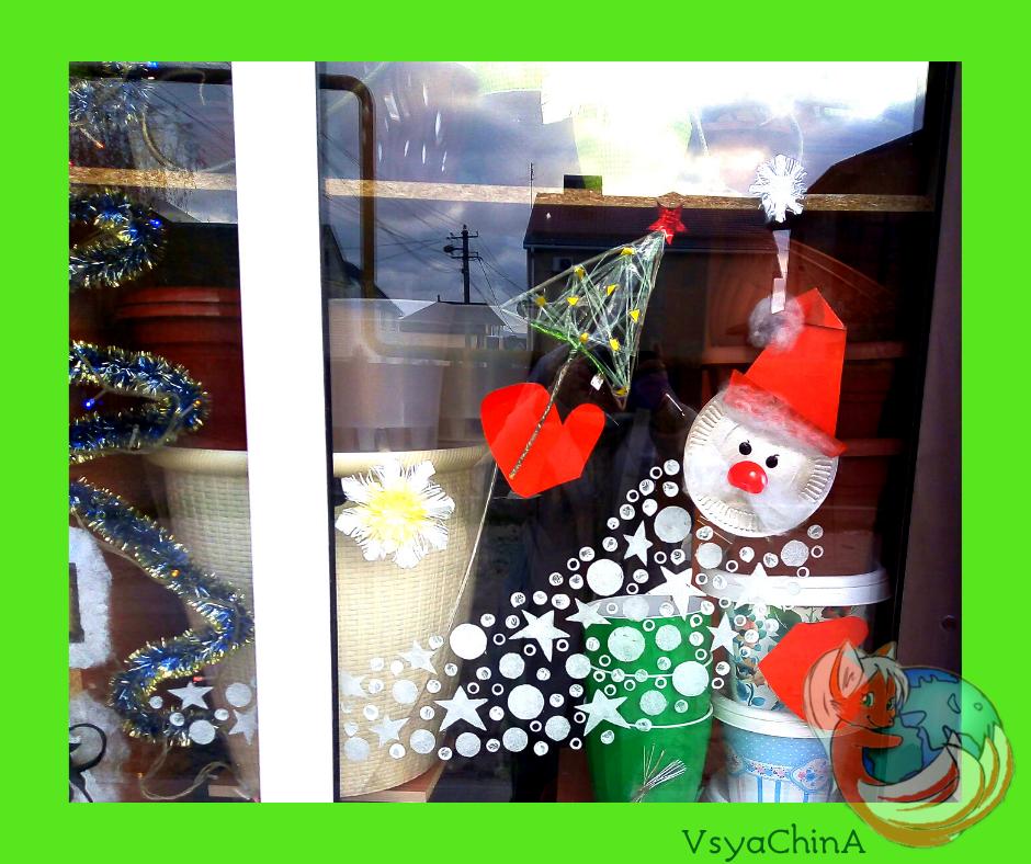 Новый год. Украшаем дом. Бумажная тарелка, зубная паста, пара красок и Дед Мороз на окно готов.