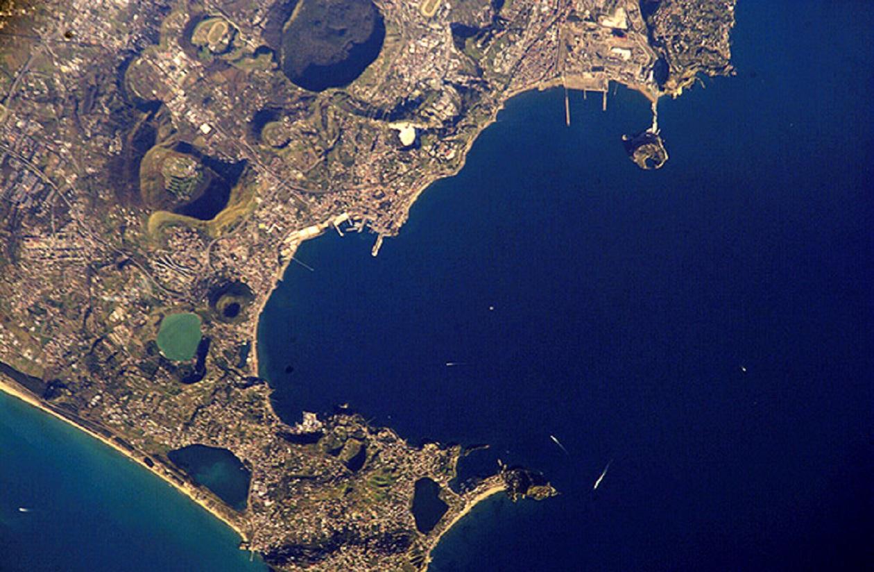 Кратеры, слои лавы и утечки газа: Вид на Флегрейские поля с орбиты - скрытый супервулкан возле Неаполя.