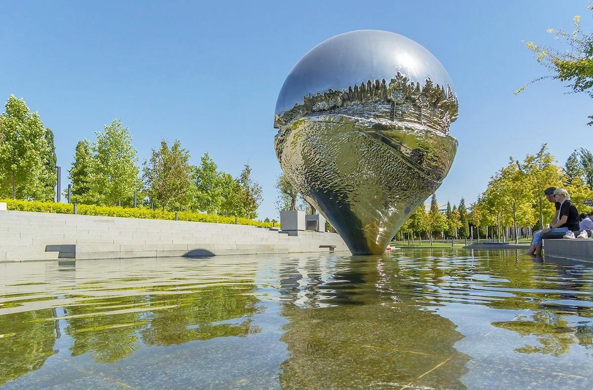 Скульптура в виде доли секунды в Террасированном саду