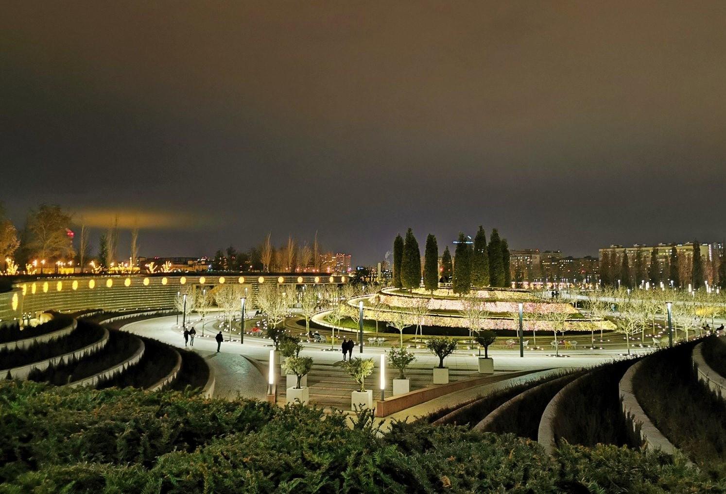 Парк Галицкого в вечерней иллюминации